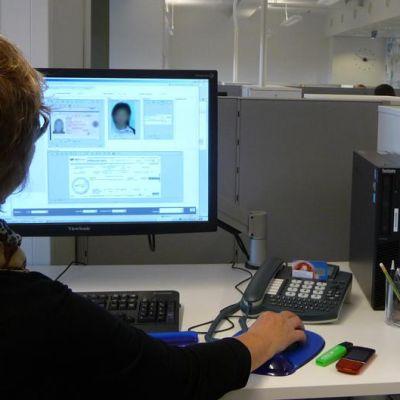 Viisumihakemuksia käsitellään tietokoneella Kouvolassa.