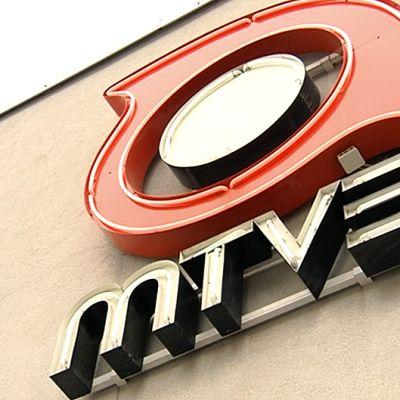 MTV3:n logo yhtiön toimitilojen seinässä.