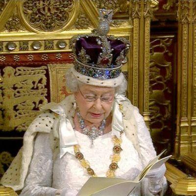Kuningatar Elisabet puhumassa parlamentissa.