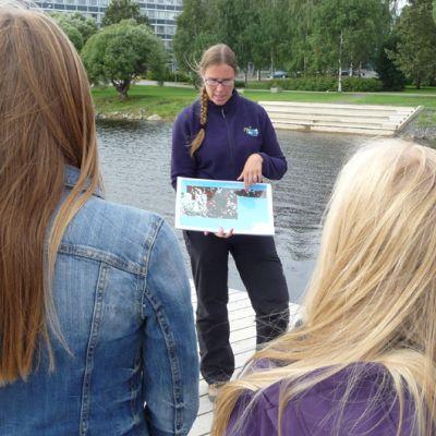 Metsähallituksen meribiologi Essi Keskinen esittelee Perämeren meriluontoa Tornion Putaan koulun seiskaluokkalaisille.