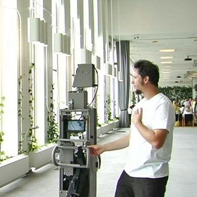 Googlen työntekijä kuvaamassa Finlandia-taloa Streetview-kameralla.