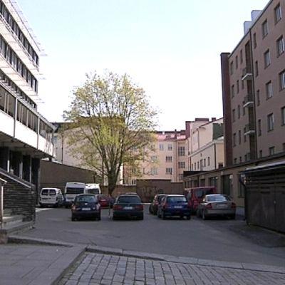 Hämeenlinnan keskustassa öljyä on vuotanut maaperään vasemmalla olevasta kaupungintalon kiinteistöstä kohti oikealla olevaa Raatihuoneenkatu 11:n kerrostaloa