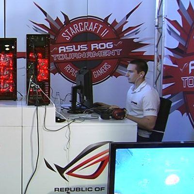 Pelaajat kilpailemassa Starcraft II -turnauksessa Assembly-tietokonefestivaaleilla.