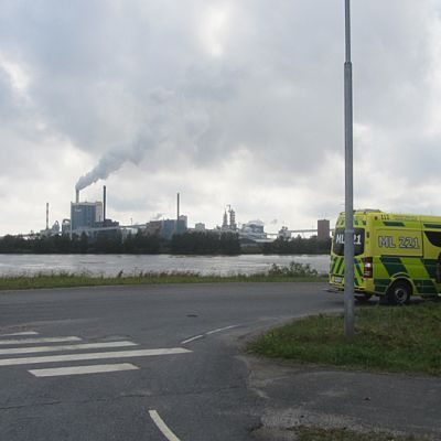 Paloauto Metsä-Botnian tehtaan edustalla.