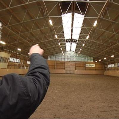 Takkulan maneesi on iso halli, jonka katto on teräsrakenteiden vasassa.