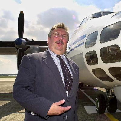 Belgian puolustusministeri Andre Flahaut poseeraaa kuvaajille Open skies -valvontalennon tehneen venäläisen Antonov-30B-koneen vierellä Brysselin lentokentällä.