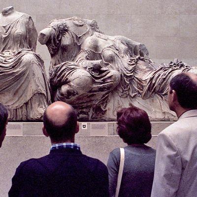 Vierailijat tutustuivat osaan Parthenonin marmoriaarteesta British Museumissa Lontoossa 2002.