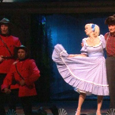 Michael Palin esittämässä Lumberjack Song -sketsiä Monty Pythonin paluukeikalla Lontoossa.