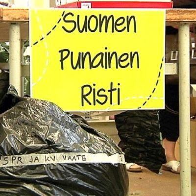 TexVexin tiloissa vaatesäkki ja kyltti, jossa teksti Suomen Punainen Risti