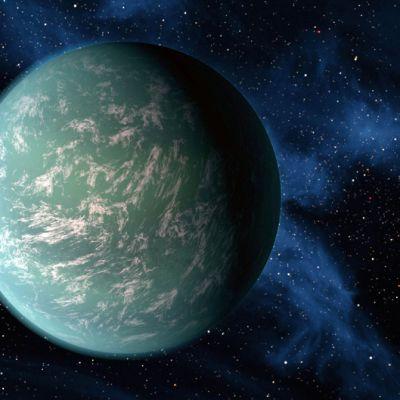 Turkoosin värinen planeetta syvän sinisessä avaruudessa.