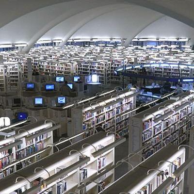 Kirjastosali kuvattuna ylhäältä käsin