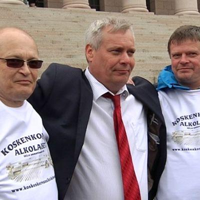 Eduskuntatalolla Altian myyntiä vastustaneet yhtiön työntekijät yhteiskuvassa SDP:n puheenjohtajan Antti Rinteen kanssa.