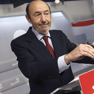Espanjan sosialistipuolueen puheenjohtaja Alfredo Rubalcaba 26. toukokuuta Madridissa pidetyssä lehdistötilaisuudessa, jossa hän kertoi erostaan.
