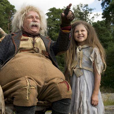 Rölli ja kultainen avain -elokuvasta Allu Tuppurainen (Rölli vanhana) ja Linnea Röhr (Juurakko)