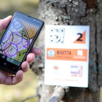 Kännykkä kädessä mobiilirastilla Riihimäellä