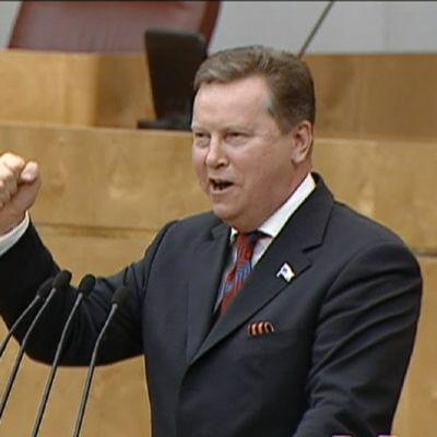 Venäläinen kansanedustaja Oleg Nilov laulamassa duumassa.