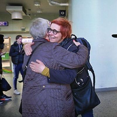Eila Roine antaa haleja Tampereen rautatieasemalla
