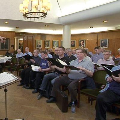 Helsinkiläinen mieskuoro Laulu-Miehet harjoittelemassa Varaslähtö vappuun -konserttia varten.