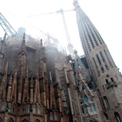 Savu nousee Sagrada Familia-kirkosta.