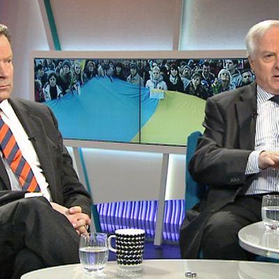 Ilkka Kanerva ja Heikki Talvitie keskustelemassa studiossa.