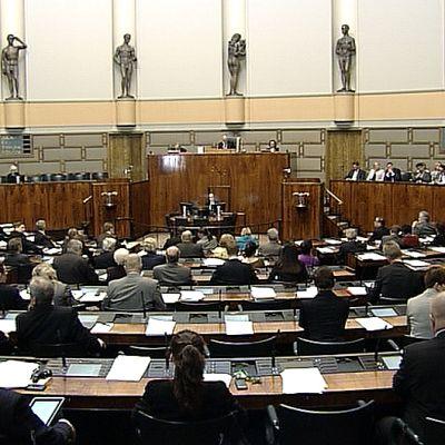 Kansanedustajia eduskunnan kyselytunnilla.