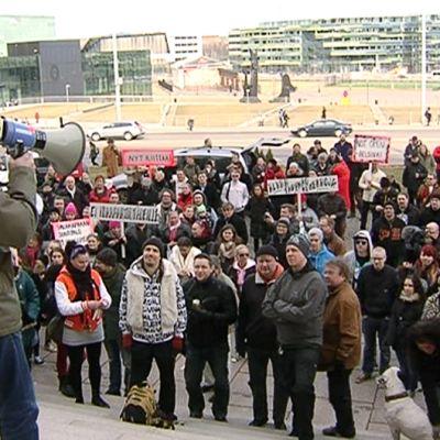 Mielenosoittajia eduskuntatalon edustalla.