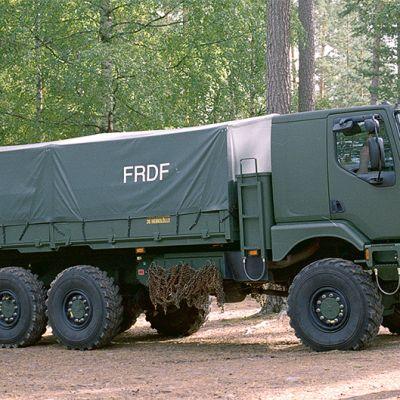 Puolustusvoimien maastokuorma-auto.