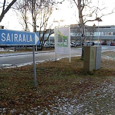 Länsi-Pohjan keskussairaalaan osoittava kyltti Kemissä.