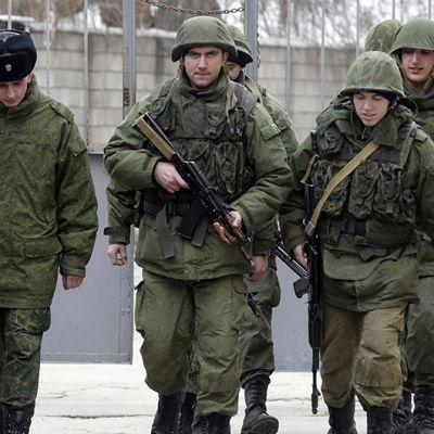Venäläisiä sotilaita Sevastopolin satama-alueella.