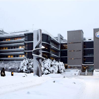 Valion pääkonttori lumisessa maisemassa