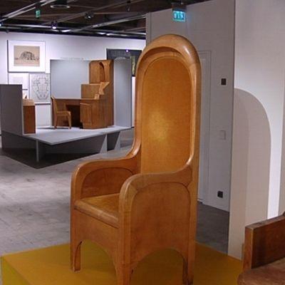 Rudolf Steinerin suunnittelemia huonekaluja esillä modernin taiteen museossa EMMAssa.