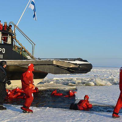 Matkailijoita menossa kellumaan Perämereen.