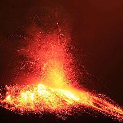 Purkautuva Tungurahua-tulivuori.