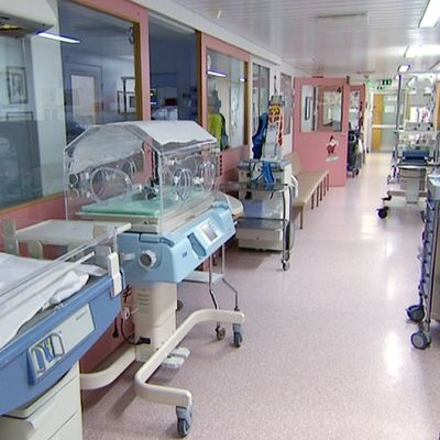 Ahdas sairaalan käytävä.