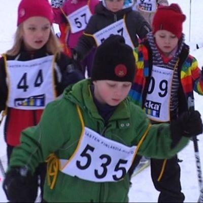 Lapset hiihtävät