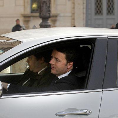 Matteo Renzi saapumassa Italian presidentin virka-asunnolle.