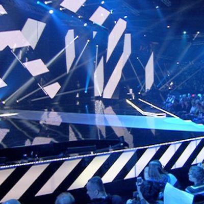 UMK:n lavasteessa on liikkeessä mustavalkoisia raitoja.