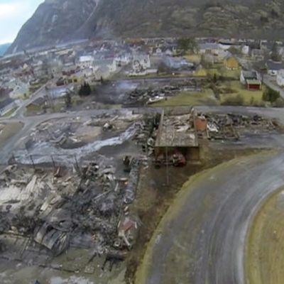 Ilmakuva palaneista rakennuksista Lærdalsøyrissa.