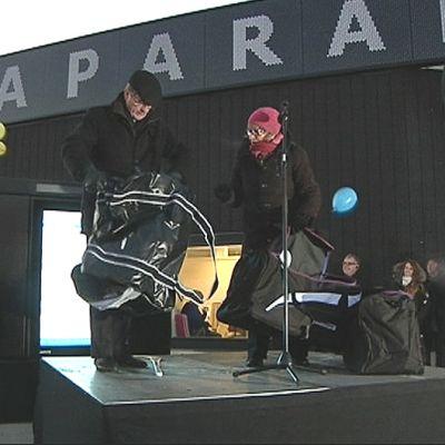 Tornion kaupunginjohtaja Raimo Ronkainen ja Haaparannan kunnanneuvos Gunnel Simu vihkivät käyttöön kaupunkien yhteisen matkakeskuksen tammikuussa 2014.