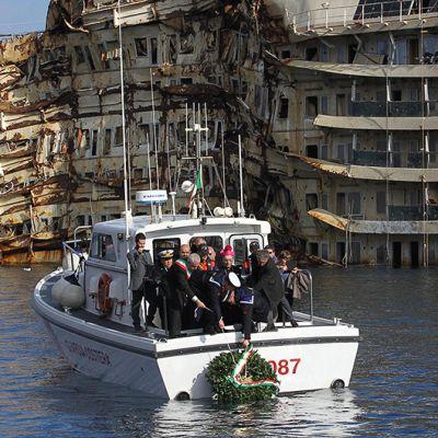 Italian rannikkovartioston veneeltä lasketaan Costa Concordian vierelle muistoseppele sen turman kaksivuotispäivänä 13. tammikuuta Giglion saaren edustalla.