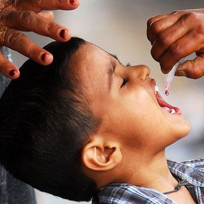 Intialaispoika saa poliorokotteen.