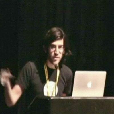 Aaron Swartz puhujanpöntössä.