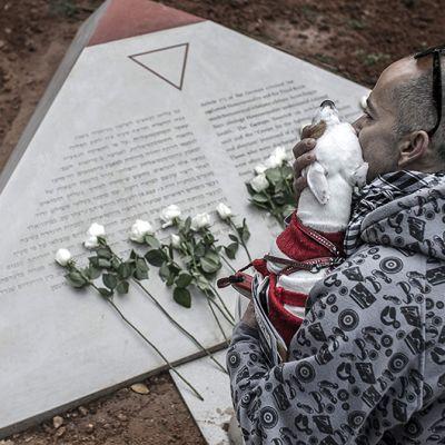 Tel Avivissa paljastettu muistomerkki holokaustissa kuolleiden homoseksuaalien muistolle.