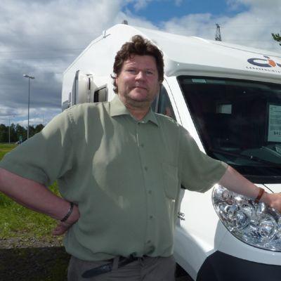 Matkailuautokauppias Jukka Lahti Keminmaasta.
