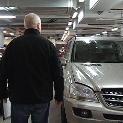 Mies autokaupassa.