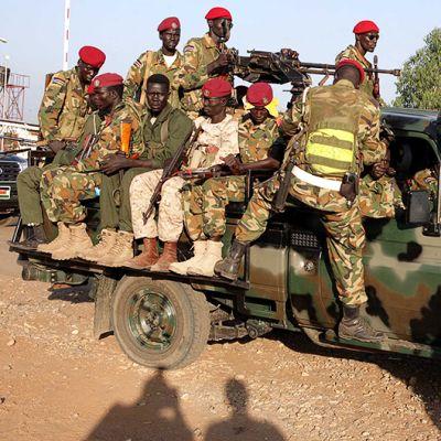 Eteläsudanilaisia sotilaita partioimassa Juban kaupungissa.