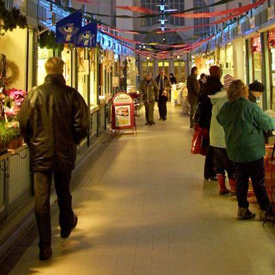Ihmisiä Tampereen kauppahallin käytävällä