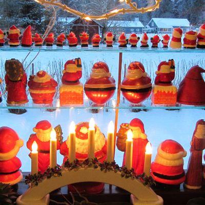 Joulupukkikynttilöitä ikkunalaudalla