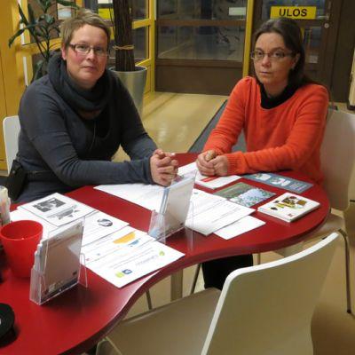 Tornion sosiaalitoimistossa sosiaaliohjaajat Marita Rytisalo-Aarnio (vas.) ja Marianne Mört.