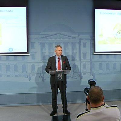 Omistajaohjausministeri Pekka Haavisto pitämässä tiedotustilaisuutta suunnitellusta merikaapelista.